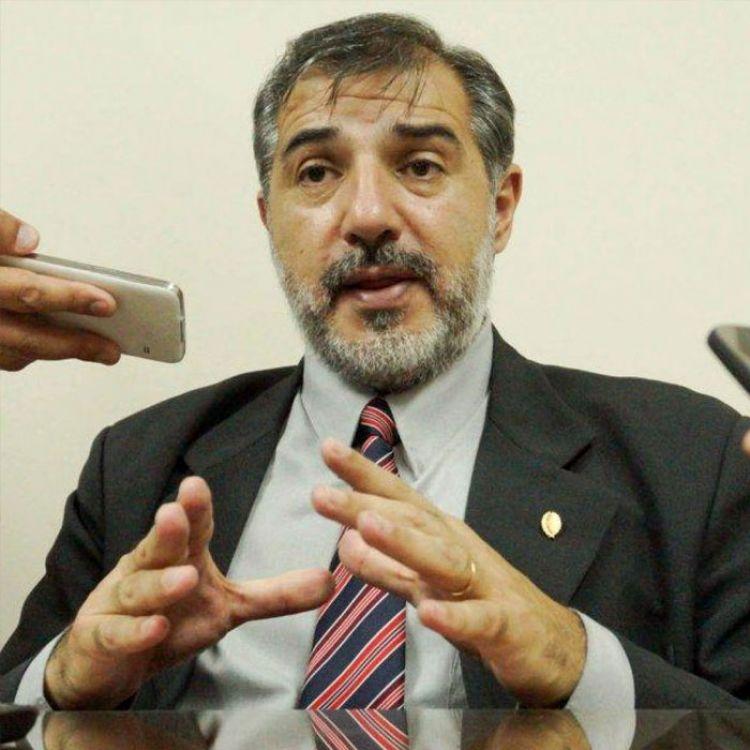 El ministro de Salud de la Provincia, Oscar Villa Nougués, apaciguando la delicada situación de la gripe A.