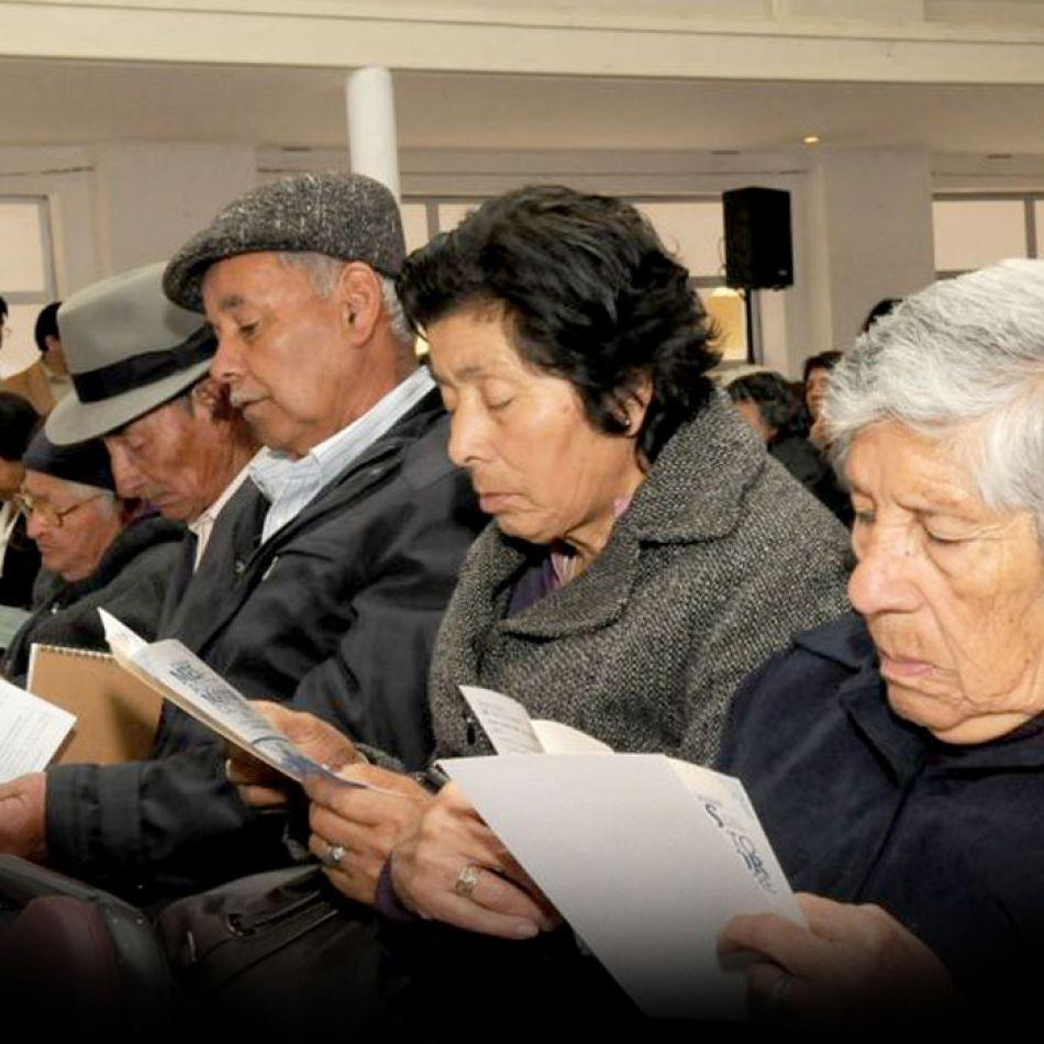 Personas mayores haciendo lectura de los beneficios de la tarjeta social