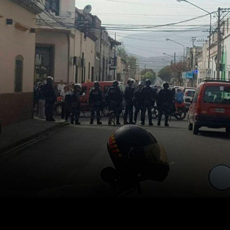 """Los manifestantes no quieren que el personal intervenga en su reclamo.""""Se da la custodia perimetral para dar seguridad a la zona."""""""