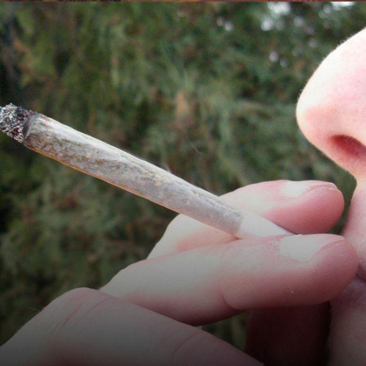 """""""Con 50 dosis ya queda detenido. Si tiene una pequeña cantidad para fumar en ese momento solo se identifica y se lo libera"""", expresó Betty Flores."""