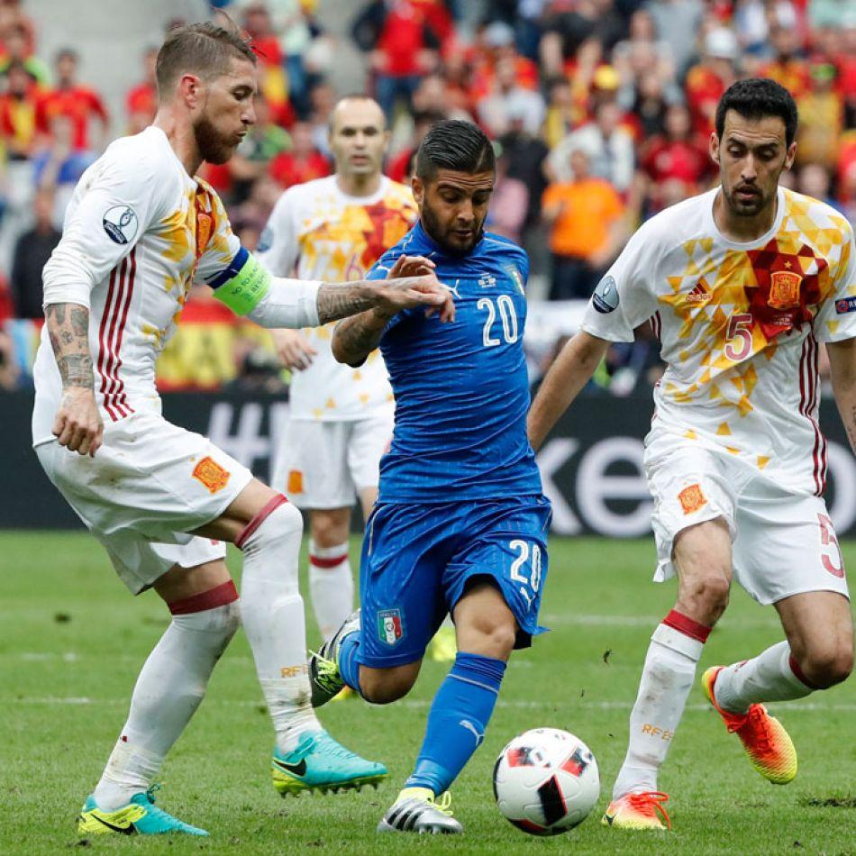 Jugador italiano esquivando a Ramos y Busquets