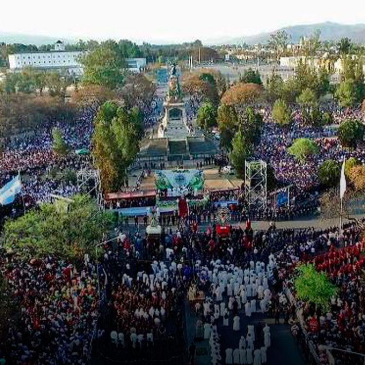 La procesióninició con la salida de la Catedral basílica de la Cruz primitiva y la virgen de las Lágrimas hacia el monumento 20 de febrero.