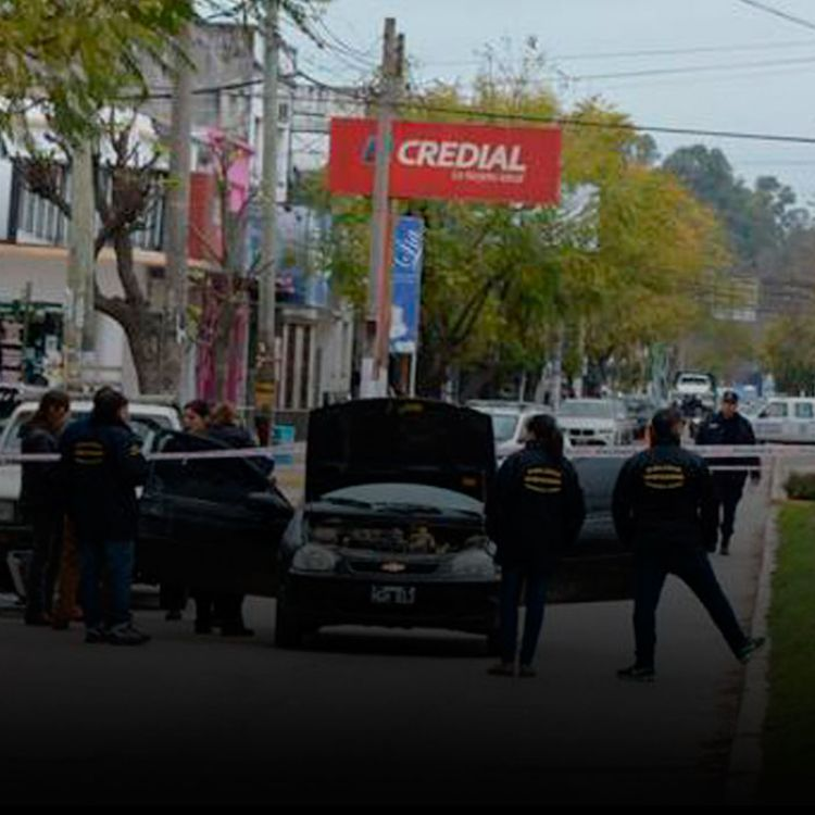 Los delincuentes huyeron y dejaron abandonado el Chevrolet Corsa en el que habían llegado a la sucursal del banco.