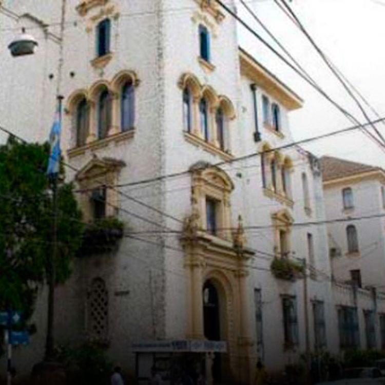 A pesar de que es espacioso y de la belleza de su construcción, el edificio de las calles España y Deán Funespresenta deficiencias.