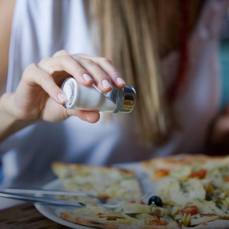"""Algunos respaldan que la sal es """"quizás el ingrediente más mortal de nuestro alimentos""""."""