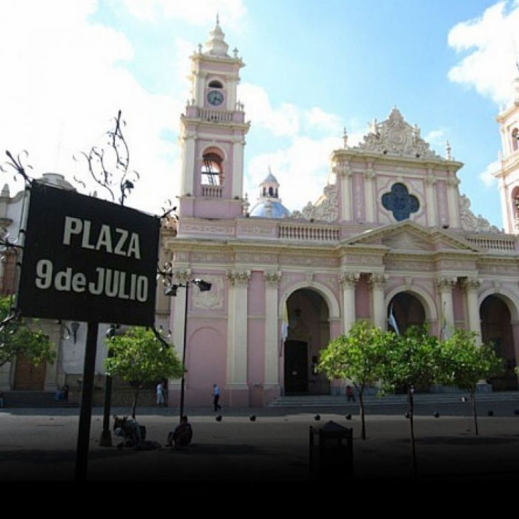 Catedral de Salta frente a la plaza 9 de Julio.