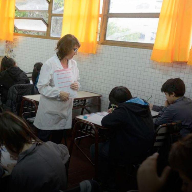 Las indicaciones apuntaban que los docentes de los cursos evaluados rotasen para tomar la evaluación ante otro grupo-clase de otra institución.