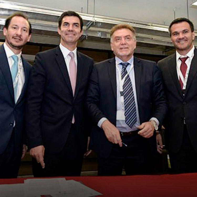 En la firma acompañaron al mandatario el ministro de Infraestructura, Tierra y Vivienda, Baltasar Saravia, y el ministro de Gobierno, Juan Rodríguez.