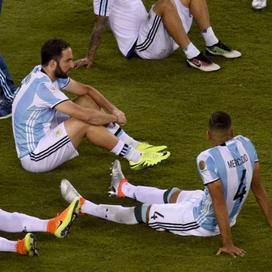 Higuaín y Mercado, dos de los jugadores de Argentina descansando después de la final de la Copa América