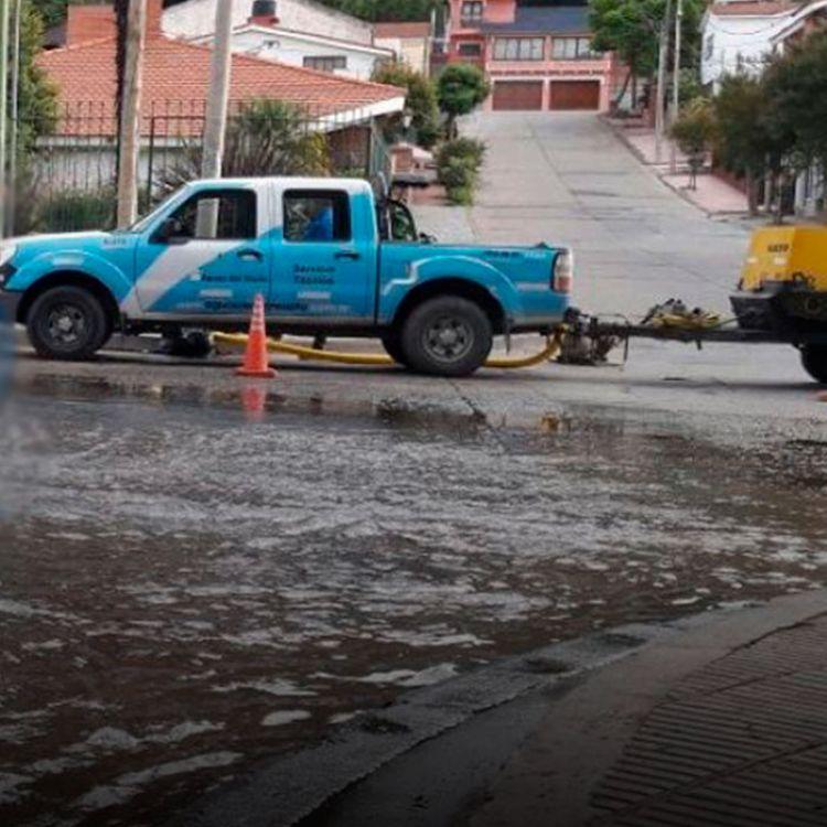 Perdida de agua potable frente a una casa particular y termina en avenida bicentenario.