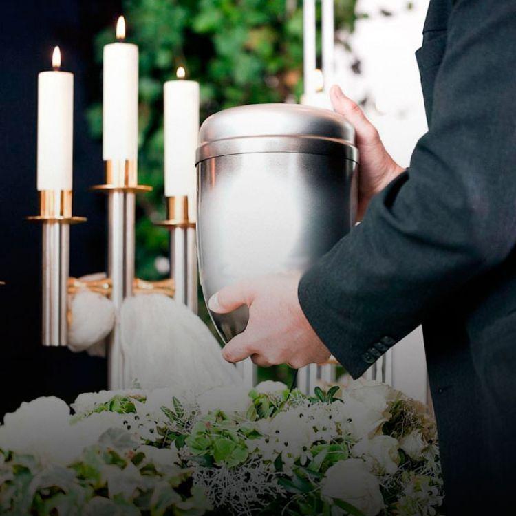 El documento emitidono prohíbe la cremación para los seguidores del culto católicoy apunta fundamentalmente al depósito final de las cenizas.