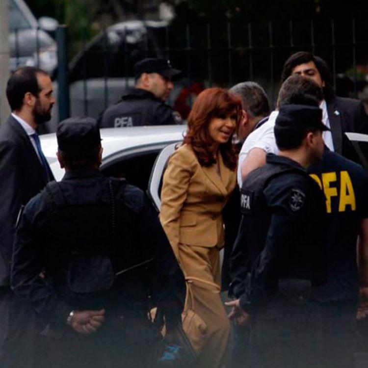 Cristina Kirchner es interrogada por haber favorecido a Báez en el reparto de obras públicas durante su gestión.