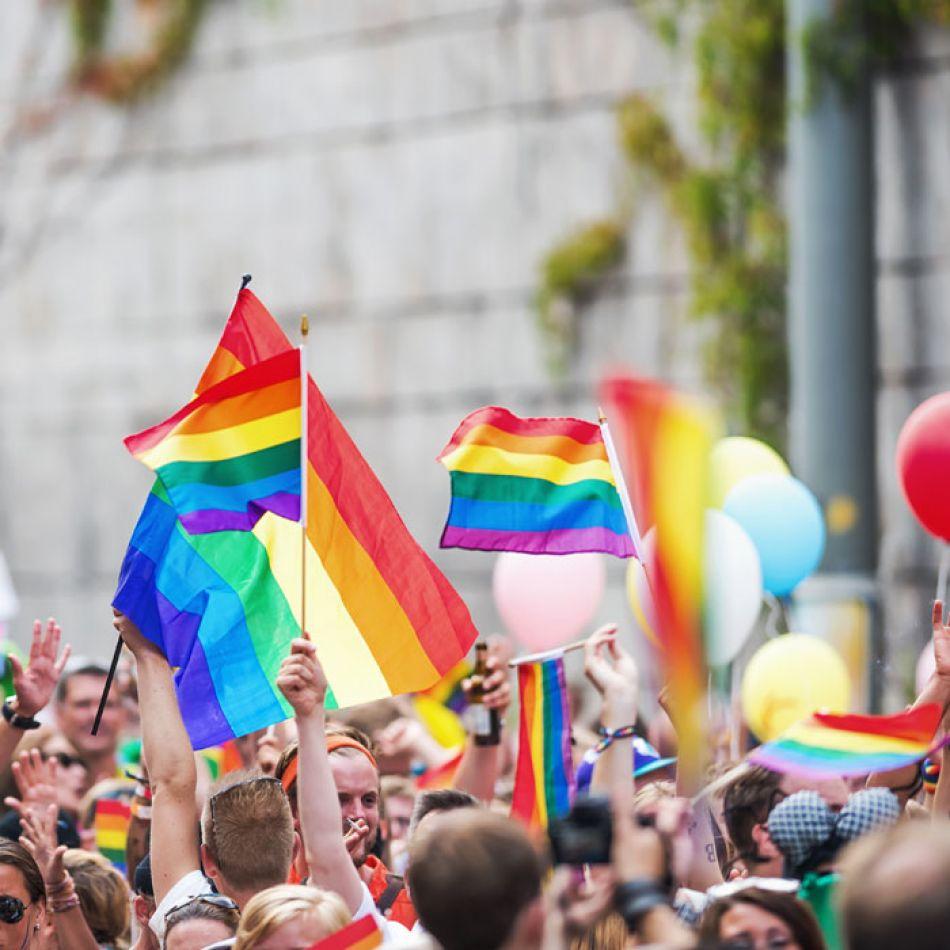 Jóvenes festejando el día internacional del orgullo de la diversidad sexual