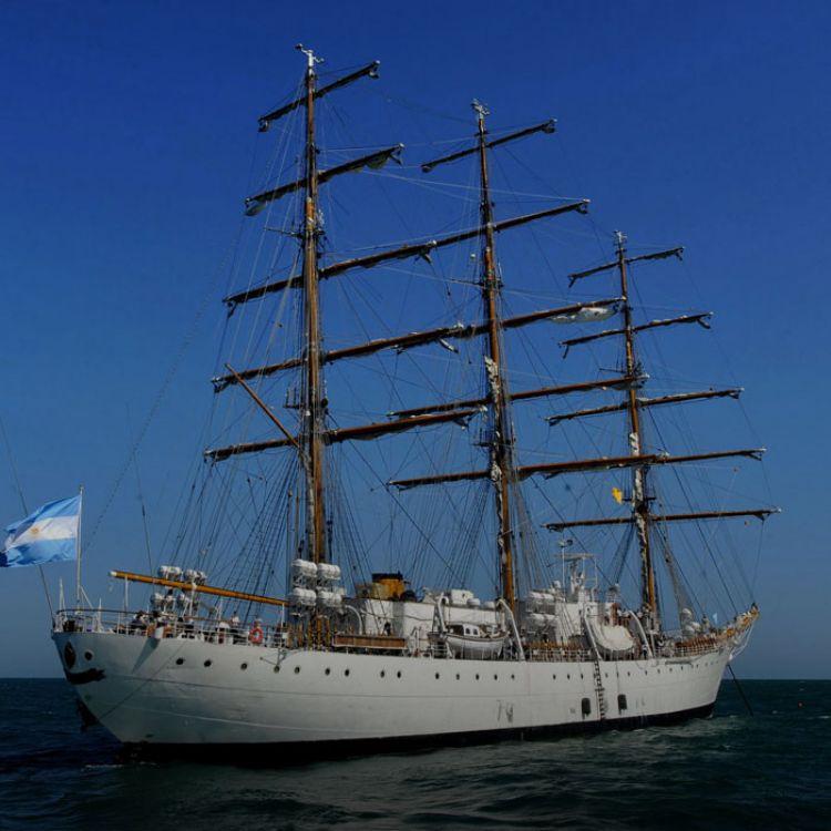El buque-escuela partió con una dotación de 27 oficiales, 192 suboficiales y 132 oficiales alumnos argentinos y de países vecinos.