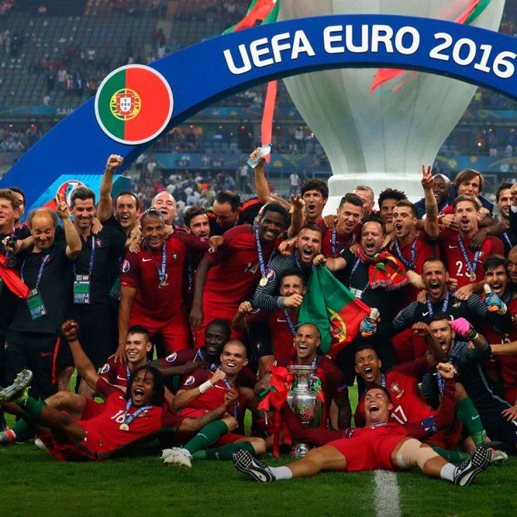 Jugadores de Portugal celebrando el gol de Eder