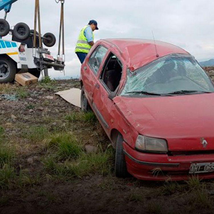 Personal policial y de criminalística trabajan en el lugar,en tanto personal de tránsito procede al levantamiento del vehículo.
