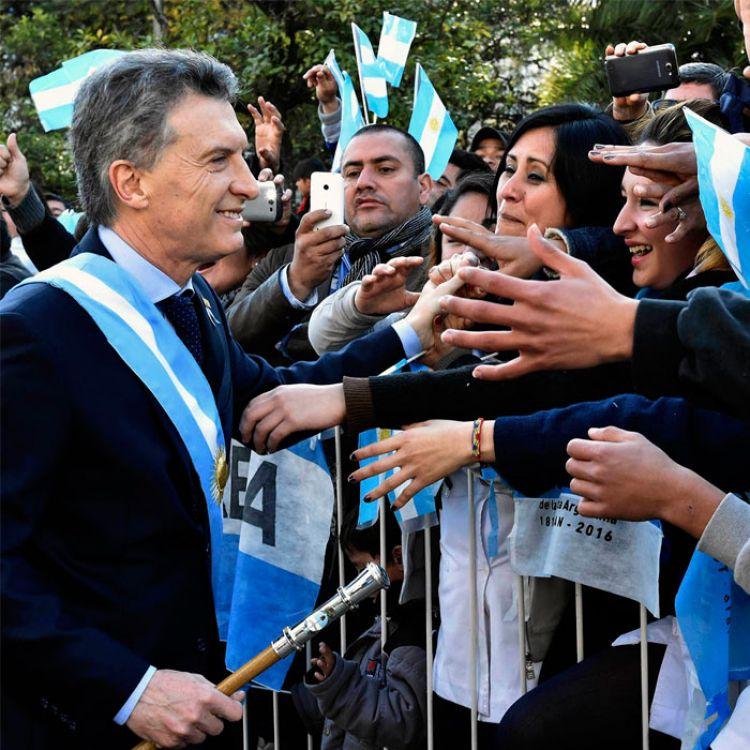 Macri saludando al pueblo en los festejos.