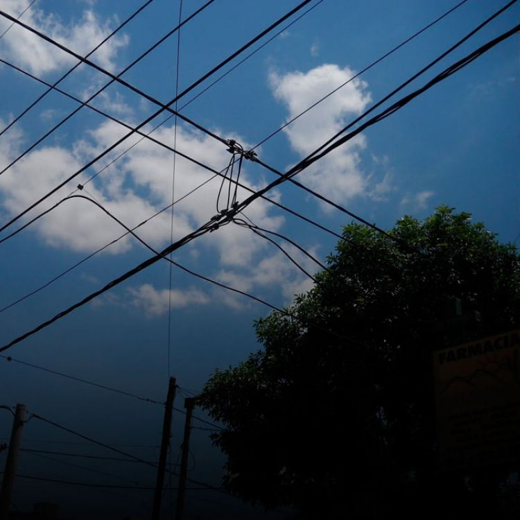Disminuir la cantidad de cables en el aire de la ciudad representa una necesidad que demanda acciones desde hace mucho tiempo.
