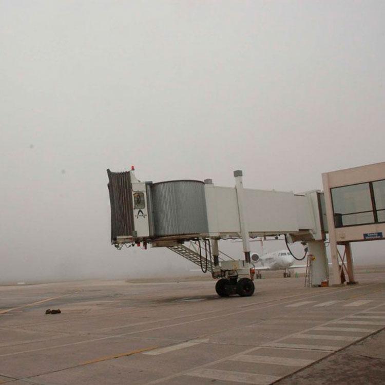 Avión viajando en la neblina.