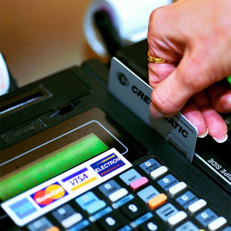 Analizan bajar las comisiones para tarjetas de débito y crédito