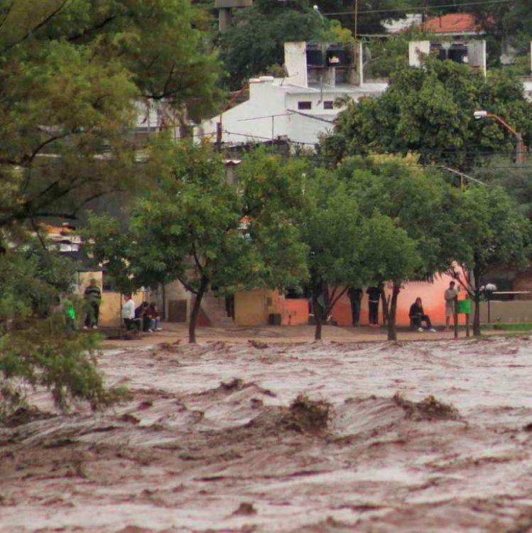 La crecida de arroyos en Villa General Belgrano arrastró autos y hubo evacuados
