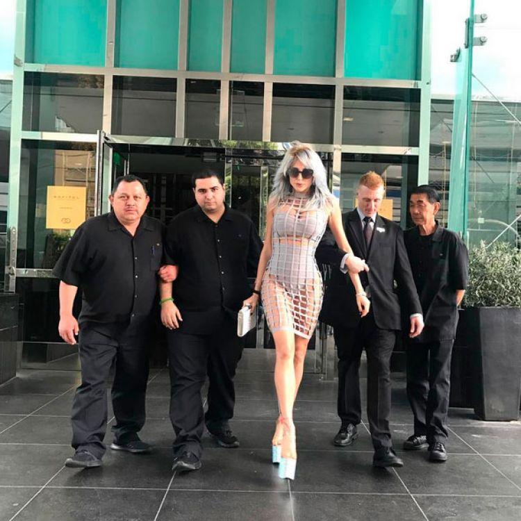 Vicky Xipolitakis se pasea platinada a lo Lady Gaga en Hollywood