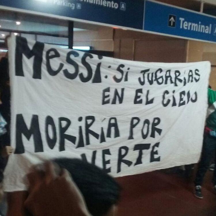 Fanáticos de Messi esperándolo en el aeropuerto.