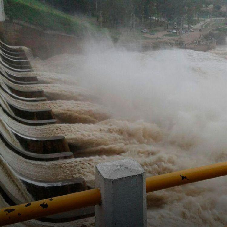 Desbordó el río Dulce en Las Termas tras la apertura de compuertas