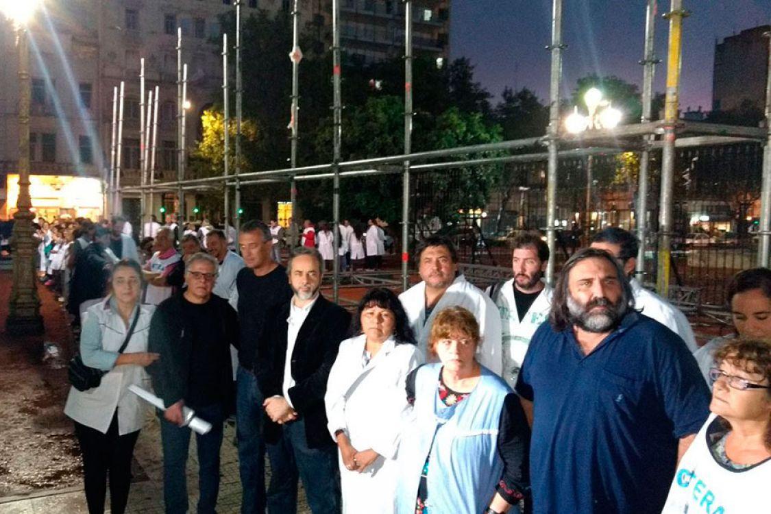 """La Policía desalojó a gremialistas que querían instalar una """"Carpa Blanca"""" en Plaza Congreso"""