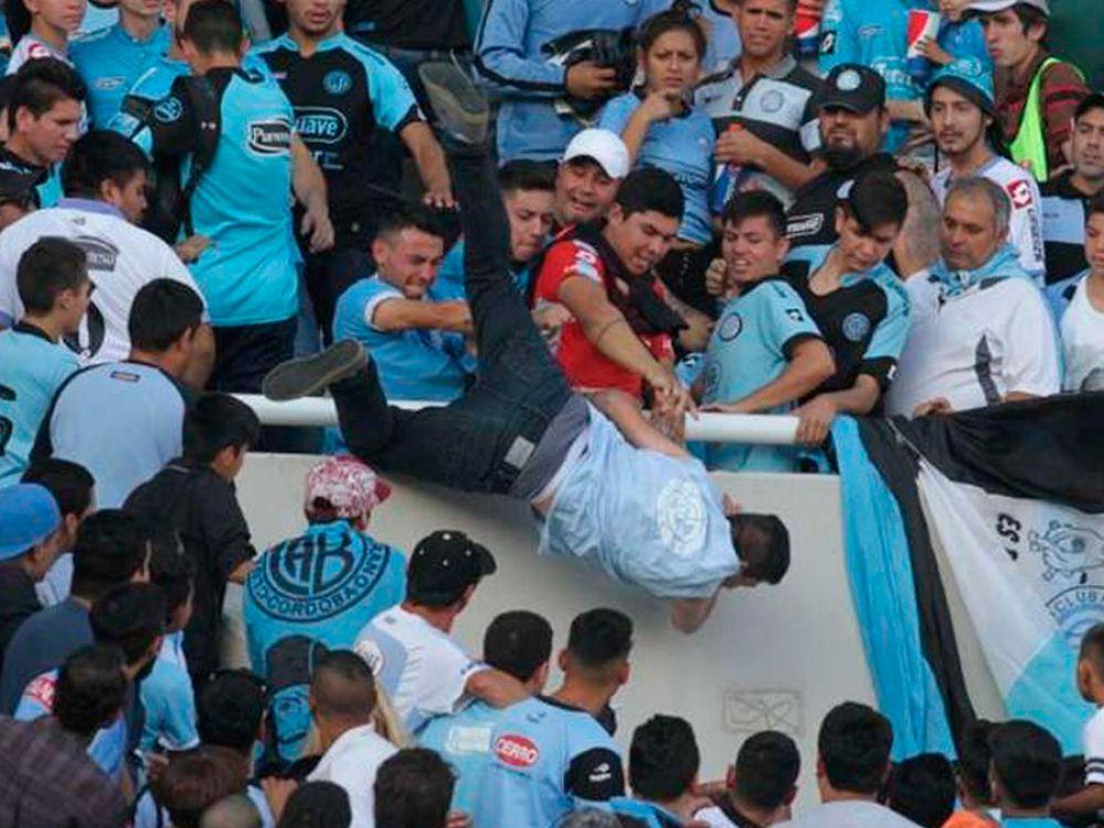 Arrojaron desde la tribuna a un hincha de Belgrano. Tiene muerte cerebral