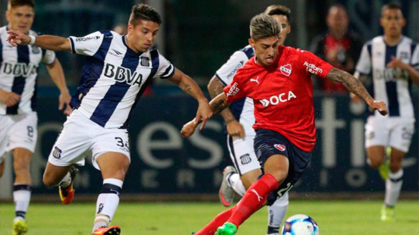 Emiliano Riggoni rodeado de jugadores de Talleres