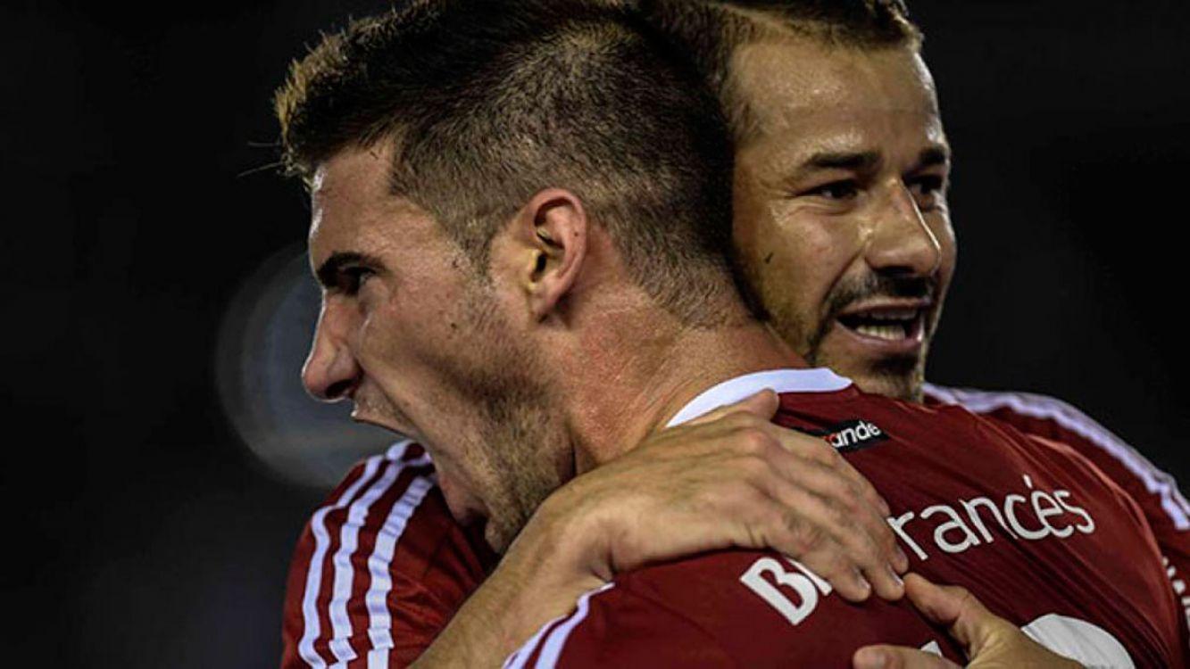 Alario y Mora festejando el primer gol de River Plate