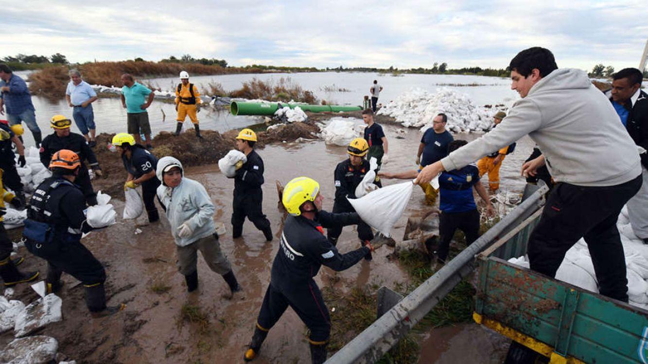 Desbordó la laguna Melincué, inundó la localidad y temen por más lluvias