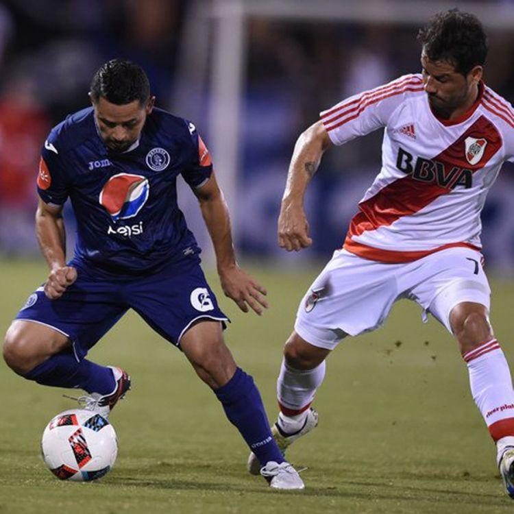 Rodrigo Mora, autor del segundo gol, cubriendo al mediocampista de Motagua
