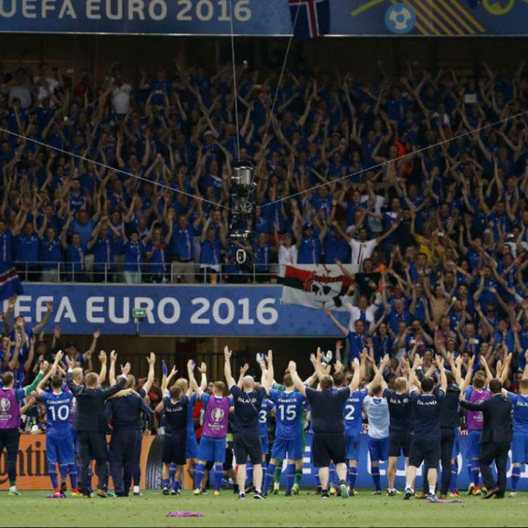 Equipo islandés festejando la victoria ante Inglaterra junto a su público