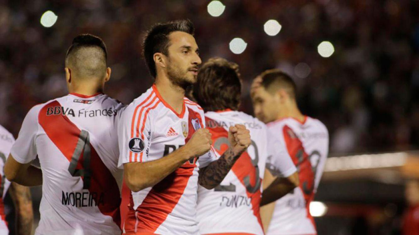 Nacho Scocco festeja su primer gol con la camiseta de River Plate
