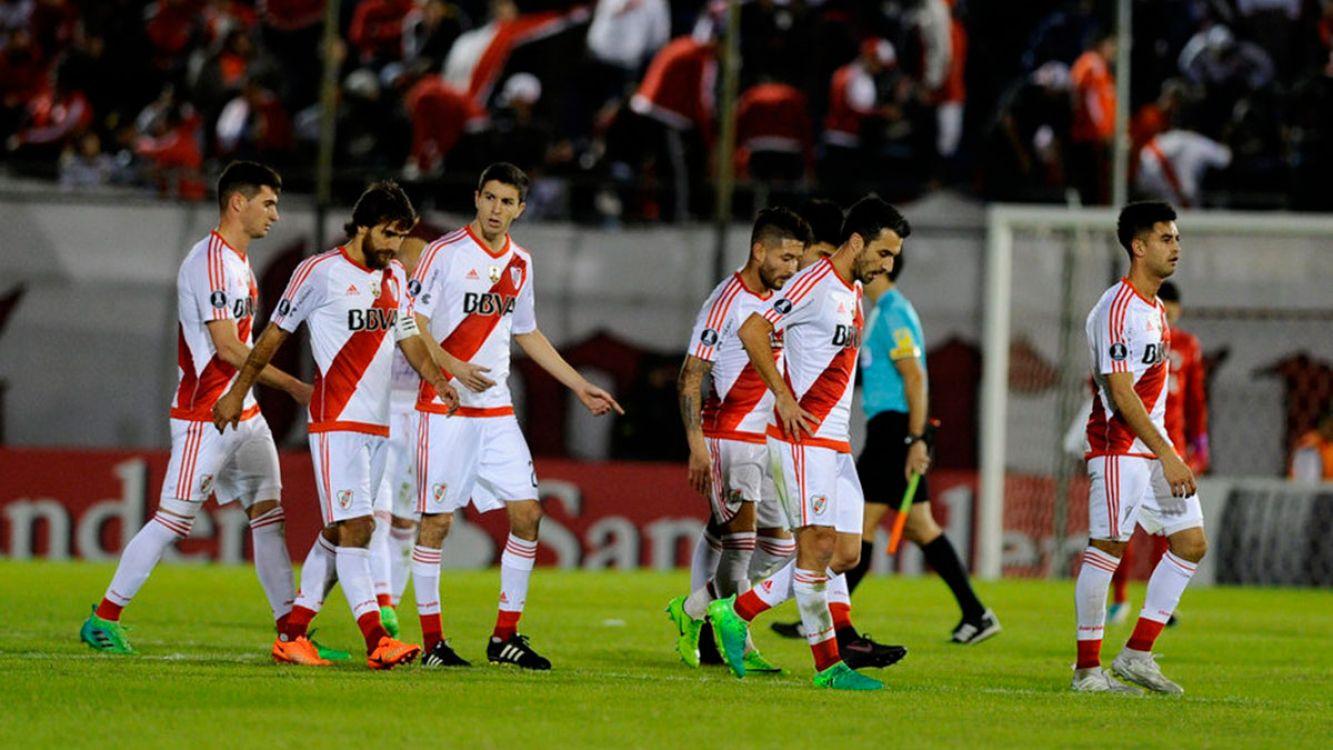 El equipo de River Plate camino al vestuario