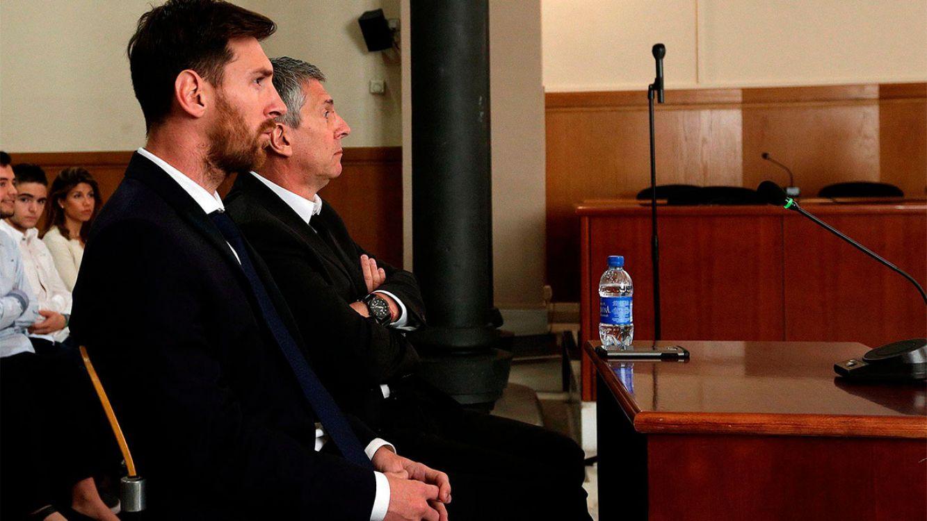 Lionel Messi y su padre en el juicio