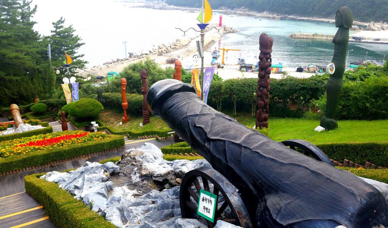 Cuenta con todo tipo de representaciones: cañones, tótems, postes y carteles