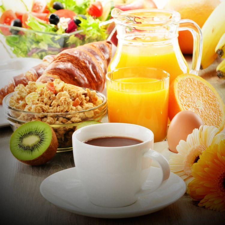 Desayunar bien y cenar muy poco: las claves para comer bien