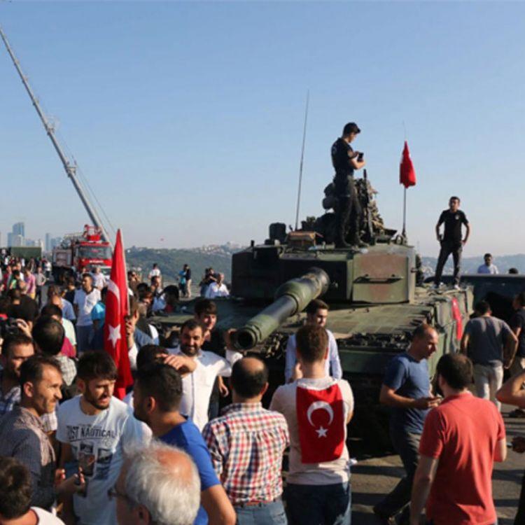 Civiles rodeando un tanque después de frustrar el Golpe de Estado.