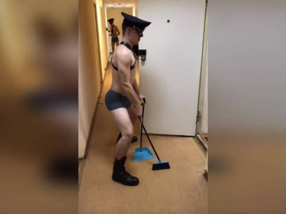 Video: cadetes rusos sorprenden con un baile semidesnudos