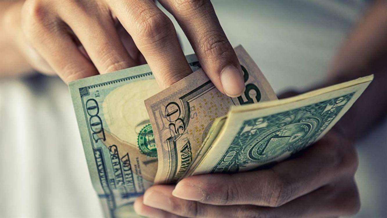 El dólar sube fuerte por tercera rueda consecutiva y supera su máximo histórico