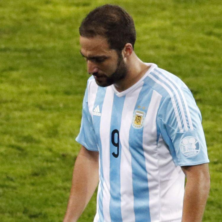Higuaín frustrado por el error que le costó la final de la Copa América a Argentina
