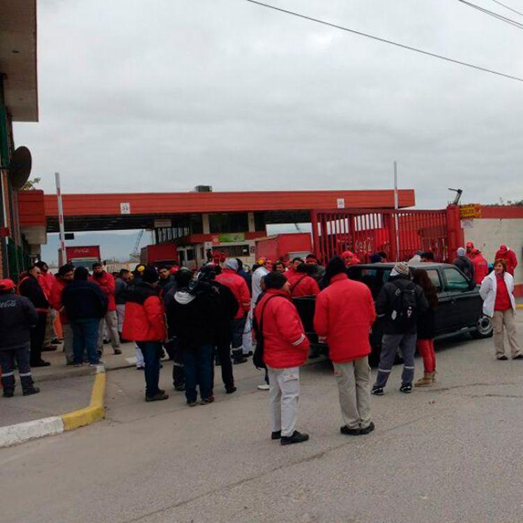 Empleados despedidos de paro afuera de la empresa Coca Cola, ubicada en Avda. Paraguay.