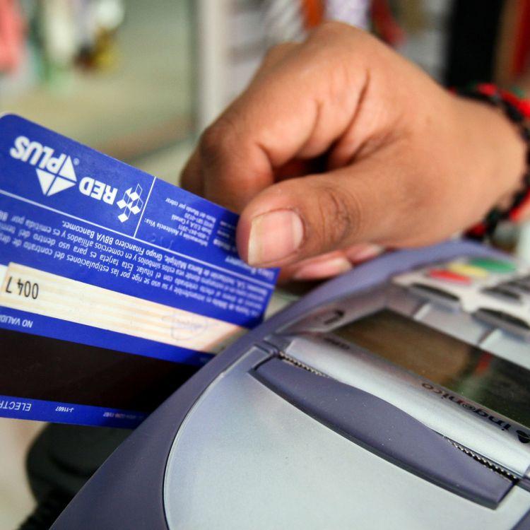 La AFIP impulsa el uso de tarjeta de débito obligatoria en comercios
