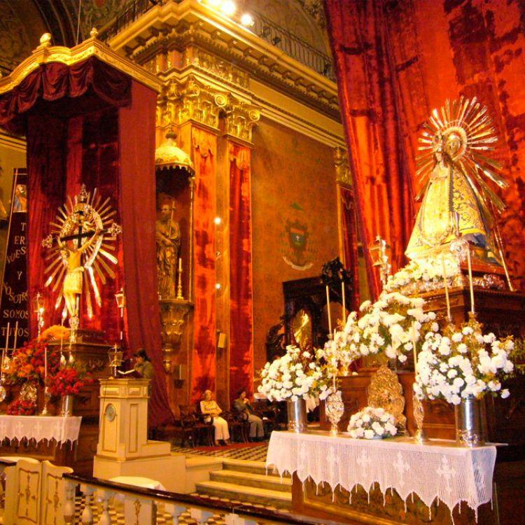 Imágenes del Señor y la Virgen del Milagro en la Catedral de Salta.