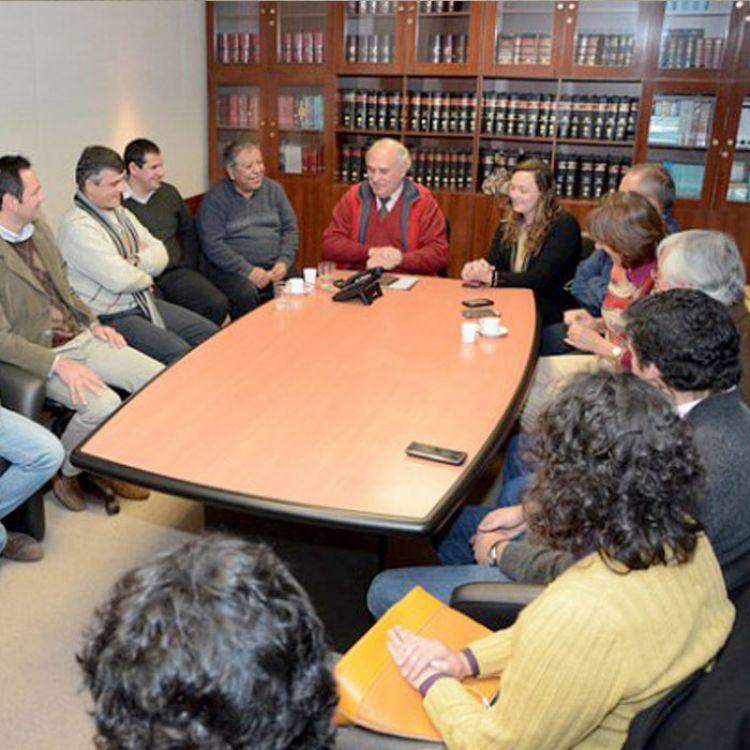 Reunión entre Luís García Salado, María Beatriz Blanco, el presidente de la Autoridad Metropolitana de Transporte, Federico Hanne, entre otros.