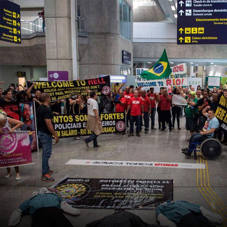 """""""Bienvenidos al infierno. Policía y bomberos no reciben sus sueldos, quien venga a Rio de Janeiro no estará seguro""""."""