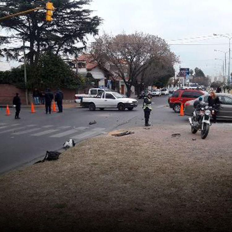 Accidente a la altura de Avda. Bicentenario y Santiago del Estero entre un patrullero de la vial y un auto.